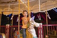 回転木馬に乗る女の子