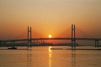 神奈川県 大桟橋埠頭より横浜ベイブリッジと朝日
