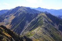 山梨県 北岳稜線より望む北岳山荘と中白根と間ノ岳