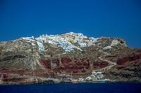 ギリシャ サントリーニ島 北端 赤茶けた断崖の上にたつイアの...