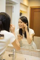 洗面台で鏡を見る日本人女性