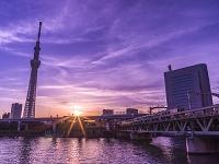 東京都 浅草・朝焼けの東京スカイツリーと隅田川