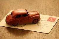 ポストカードと赤い車