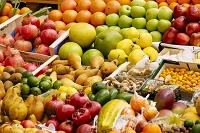 市場に並べられた果物