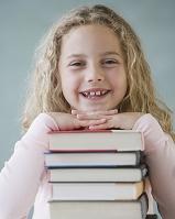 本に頬杖する子供