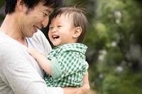 遊ぶ日本人親子
