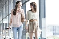 スーツケースを引いて歩く日本人女性達