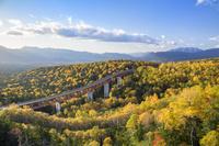 北海道 紅葉の三国峠より松見大橋を望む