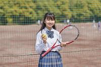 ラケットを持つ女子中学生