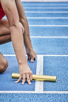 バトンを持つ短距離走選手