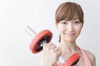 ウェイトトレーニングをする日本人女性