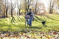 犬の散歩をする外国人女性