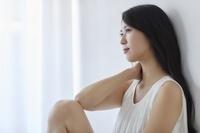 考え事をする日本人女性