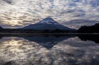 山梨県 逆さ富士山と精進湖 (精進湖より)