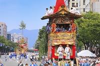 京都府 祇園祭 御池通を進む山鉾巡行の行列