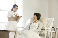 検診を受けるシニア女性と女性介護士