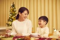 クリスマスのごちそうを食べる日本人親子