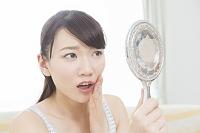 肌トラブルに悩む日本人女性