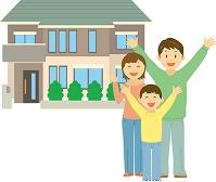 一軒家の前に立つ両親と子ども