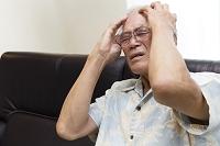 頭痛で苦しむシニア