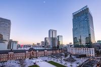 東京都 新丸ビルから見た東京駅丸の内駅前広場 夕景
