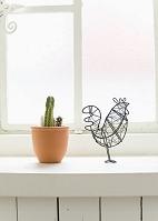 窓辺のサボテンとオブジェ