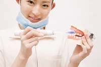 歯磨き指導を行う歯科衛生士
