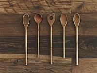 木製テーブルに並べられた木製スプーン