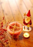 サンタのオブジェとクリスマスキャンドル