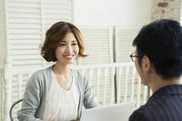 男性と会話をする20代女性