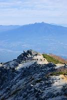 山梨県 朝の稜線を行く登山者と八ヶ岳連峰