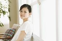 窓辺にもたれる日本人女性