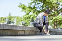 靴ひもを結ぶ日本人男性