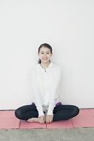 座禅を組む笑顔の20代日本人女性
