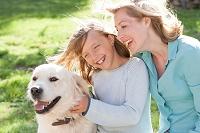 笑顔の親子と犬