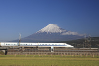 静岡県 富士山を背景に走る東海道新幹線