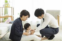 出勤前の日本人の若い夫婦と女の子の赤ちゃん