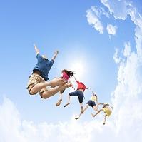 ジャンプする若者達