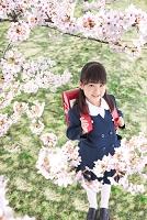 桜の木の下に立っている新入生の女の子
