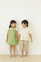 フローリングの部屋に立つ男の子と女の子