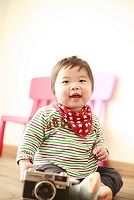床に座る男の赤ちゃん