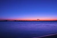 静岡県 浜名湖 弁天島海浜公園より浜名湖大橋と鳥居 夕景