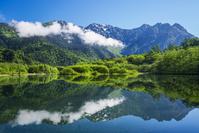 長野県 たなびく雲と穂高連峰