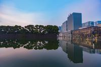東京都 日比谷濠と丸の内ビル群の夕暮れ