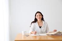 リビングでリラックスする若い日本人女性