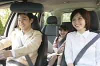 ドライブにでかける三人家族