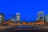 東京駅と丸の内の高層ビル群の夜景