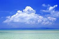 沖縄県 竹富島のコンドイ浜と入道雲