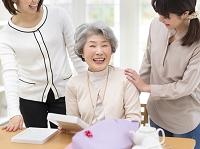 プレゼントを開けるシニア日本人女性