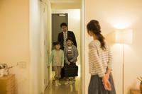 帰宅した父親を迎える家族